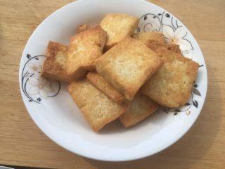 韭花豆腐块,煎好的豆腐块拿出备用。