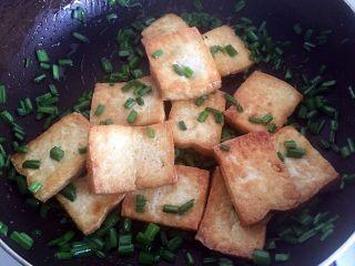 韭花豆腐块,翻匀,使豆腐块粘上韭花。
