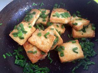 韭花豆腐块,翻匀即可出锅。