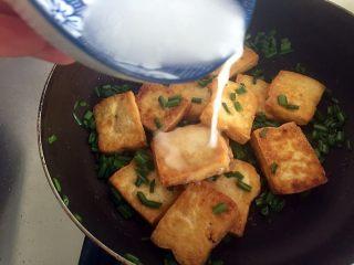 韭花豆腐块,然后倒入芡汁勾芡。