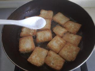 韭花豆腐块,见到金黄时加入适量盐(这个根据自己口味哦)