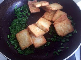韭花豆腐块,韭花炒煸后,放入豆腐块。