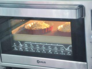 水果披萨,放入烤箱中层上下火190度,10-12分钟,奶酪融化表面上色即可。