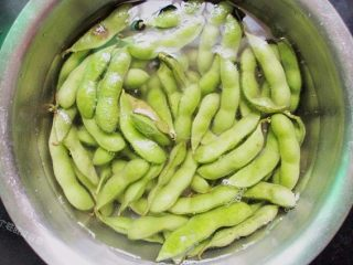 五香花生煮毛豆,毛豆提前用清水家一点点盐反复清洗