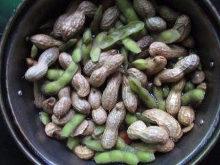 五香花生煮毛豆,大火煮10分钟,不要盖盖子煮,要不然毛豆会发黄的