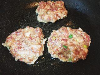 日式鬆軟豬肉排,依序分別放入鍋內轉中小火慢煎