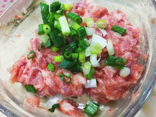 日式鬆軟豬肉排,切好的青蔥珠放入步驟的絞肉內拌勻