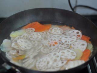 鲜香扑鼻的麻辣香锅,将藕片也倒进去