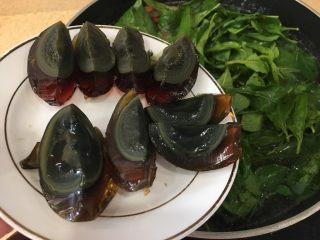 枸杞猪肝皮蛋瘦肉汤(清肝明目,倒入皮蛋,皮蛋生吃都可以的,所以不要煮那么久