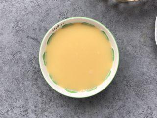 嫩滑花蛤蒸蛋,记住:要想做出嫩滑的水蒸蛋必须用面粉筛过滤2次会更嫩滑哦