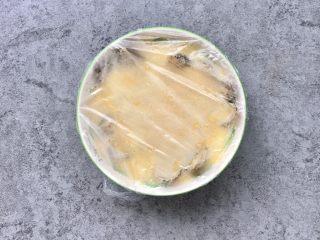 嫩滑花蛤蒸蛋,摆上花蛤(蒸碗用浅碗最佳哦)用保鲜膜盖好,牙签在保鲜膜上扎5-6个孔