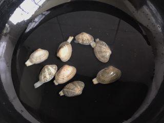 嫩滑花蛤蒸蛋,放锅里煮至花蛤张开