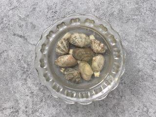嫩滑花蛤蒸蛋,花蛤提前吐沙(加少许油、盐更易吐沙)