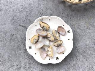 嫩滑花蛤蒸蛋,过下清水控水备用