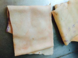 水晶皮冻,猪里脊肉后面的那块皮 脂肪少 毛少 清洗容易哟