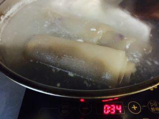 水晶皮冻,煮几分钟后 颜色从白色变成深色 肉皮这时软了