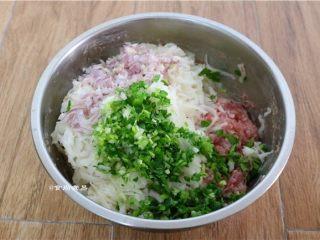 鲜嫩多汁的凉薯鲜肉煎饺,凉薯刨成丝、红葱头去外皮剁碎、香菜和小葱分别洗净切碎,除饺子皮外,全部食材加入肉沫中