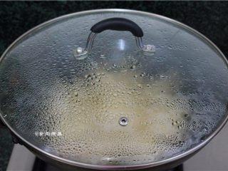 鲜嫩多汁的凉薯鲜肉煎饺,遮上锅盖,大火煎5分钟至水分完全吸收
