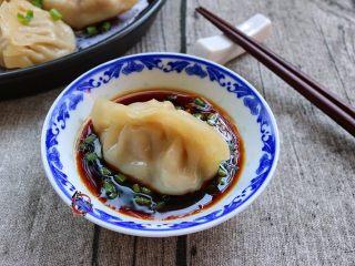鲜嫩多汁的凉薯鲜肉煎饺,铲起,蘸酱汁食用