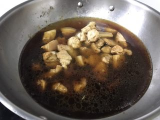 老咸鱼烧肉,倒入热水,大火烧开再转小火炖30分钟