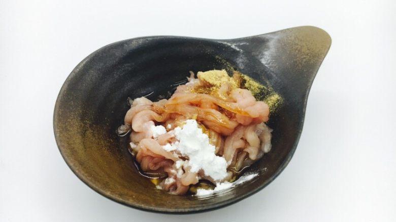 丝瓜煮干丝,肉丝里放少许生抽、胡椒粉、料酒、料酒,1小勺油,搅拌均匀备用。