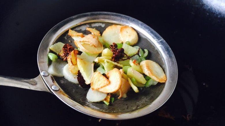 丝瓜煮干丝,当佐料煸出香味,用小篦网捞出佐料扔掉,留油备用。