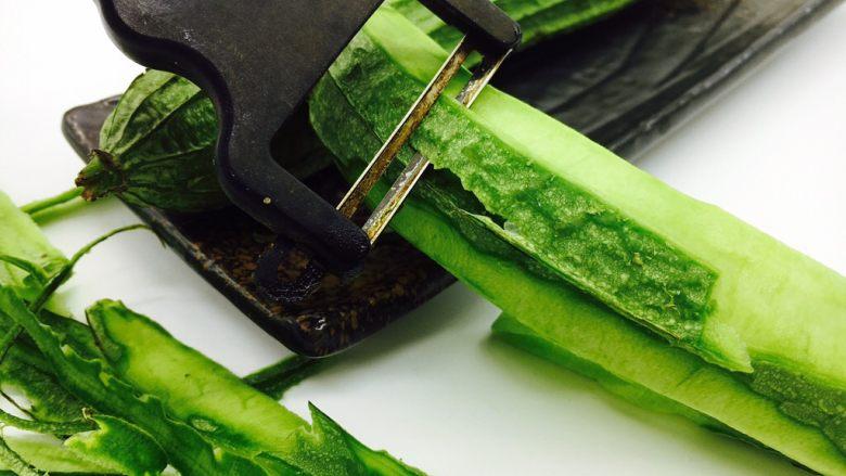 丝瓜煮干丝,去掉丝瓜头和尾部的老梗,刮去丝瓜皮。