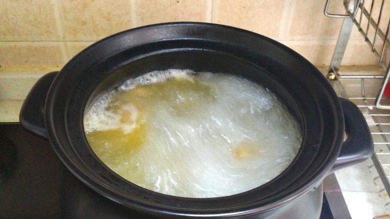酸萝卜老鸭汤煲,这时侯可以把燃气打开调到大火,把老鸭汤烧开。