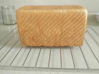 金砖土司,烤箱180°预热10分钟,预热完毕,将土司模具连同烤盘一起放入烤箱底层进行烘烤,上下管170°烤35分钟。(烘烤温度及时间仅供参考,请根据自家的烤箱性能调整温度和时间)。烘烤结束,取出土司磨具,凉网上倒扣,放置余温便可装入保鲜袋。