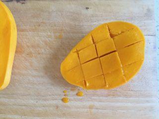 芒果牛奶布丁,方法一:半个芒果切成小块状