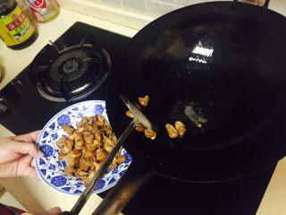 神下饭之酸苦瓜炒卤肥肠,锅中加少许油加热,倒入肥肠大火翻炒两分钟,盛起。