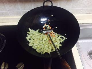 神下饭之酸苦瓜炒卤肥肠,倒入酸苦瓜翻炒,加盐,可以加一点生抽提味。
