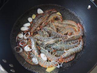 白灼竹节虾,将竹节虾放入沸水中