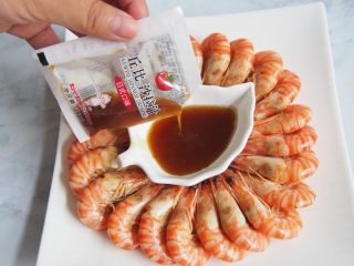 白灼竹节虾,撒上酱汁,可以自己调,也可以用现成的~