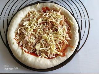 虾仁&脆皮肠披萨,再撒一层马苏里拉碎。