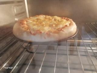 虾仁&脆皮肠披萨,烤箱200 度烤30分钟。