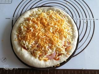 虾仁&脆皮肠披萨,最后再放入一层马苏里拉碎和马苏里拉丝。