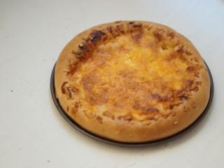 虾仁&脆皮肠披萨,趁热食用味道最佳。