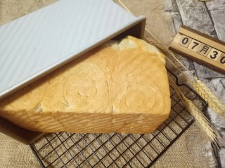 蔓越莓吐司面包,戴上隔热手套取出磨具,立即刷上一层玉米油,这样会更好的锁住面包的水份。