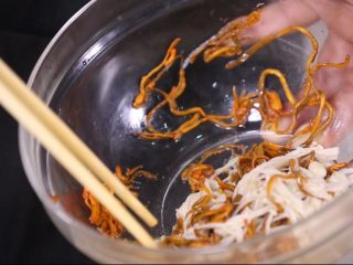鲜菇虫草花,搅拌均匀,让调味料彻底融化浸入食材之中会更有口感。