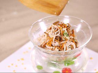 鲜菇虫草花,加入到准备好的菜上,更有感觉了,个人觉得很精致。