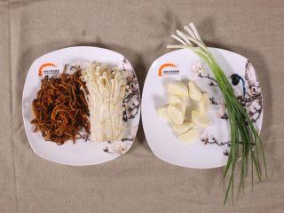 鲜菇虫草花,原料准备好,虫草花尽量到药店去买,质量比较好,这是厨师做菜的秘诀,偷偷的告诉大家。葱蒜就不说了^_^