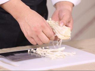 鲜菇虫草花,再整理一下,金针菇,要撕开,但是也不要撕的太碎,可以两三根连在一起。下水烫的时候不容易断,影响菜的美感。