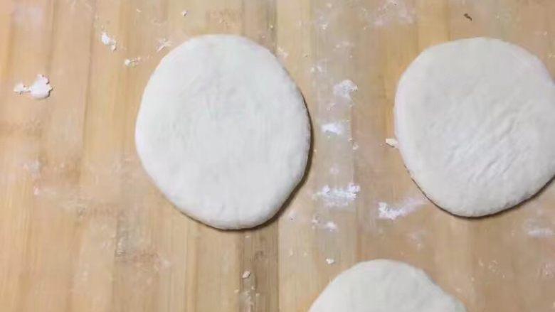 肉夹馍,揪成剂子,然后用手心压扁成饼状就行,薄厚适中一些容易熟