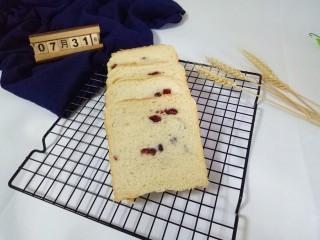 蔓越莓吐司面包,切片,涂上自己喜欢的果酱,美腻(^_^)