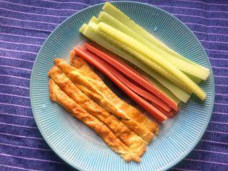 超简单寿司做法,切成条状,黄瓜和火腿肠取中间部位切成条状