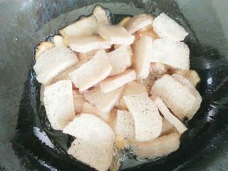 尖椒冻魔芋炒回锅肉,然后把冻魔芋放下去一起翻炒!