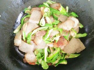 尖椒冻魔芋炒回锅肉,冻魔芋炒至微干,加入尖椒一起翻炒几下!