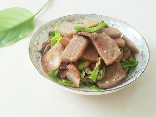 尖椒冻魔芋炒回锅肉,超级下饭的尖椒冻魔芋炒回锅肉就出锅啦!真香!