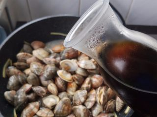 黄酒蛤蜊,辣酱翻炒均匀了,加入黄酒,黄酒多少就看个人喜欢味道的轻重了。